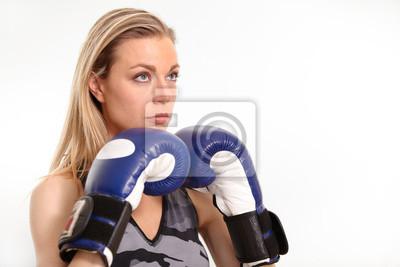 Schöne junge Frau mit Boxhandschuhen