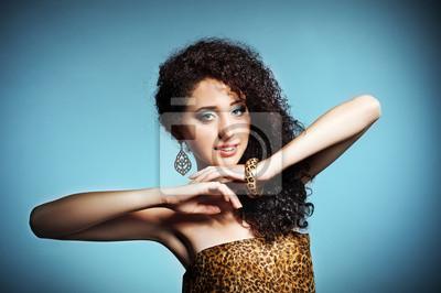 Schöne junge Frau mit dem lockigen Haar
