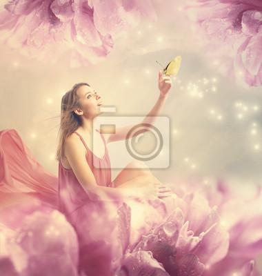 Schöne junge Frau mit kleiner Schmetterling