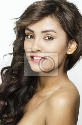 Schöne Junge Frau Mit Langen Haaren Lächelt Leinwandbilder Bilder