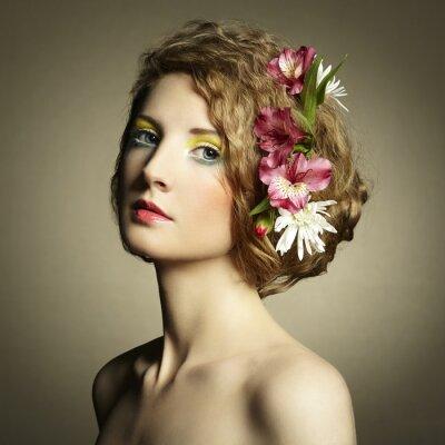 Bild Schöne junge Frau mit zarten Blumen im Haar