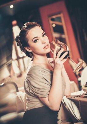 Bild Schöne junge Mädchen mit einem Glas roten winein ein Restaurant