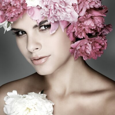Bild schöne junge Mädchen mit rosa Blumen