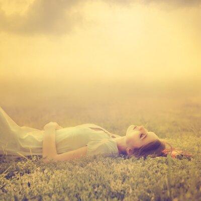 Bild schöne junge Mädchen träumt davon auf einem magischen Wiese im Frühjahr