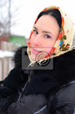 Anziehende und nette russische Frauen auf der Suche Bild könnte enthalten: eine oder mehrere Personen, Personen, die stehen, im Freien.
