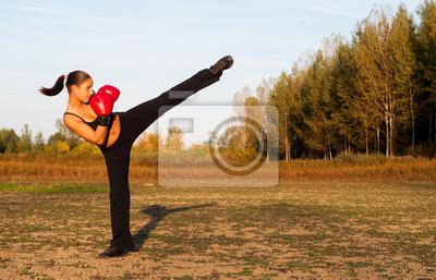 Schöne Kickboxen Mädchen Ausübung high kick