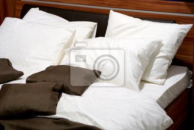 Schone Kissen Auf Einem Zeitgenossischen Bett Leinwandbilder