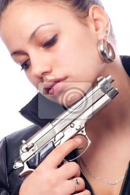 Schöne Mädchen in der schwarzen Lederjacke und Pistole in der Hand