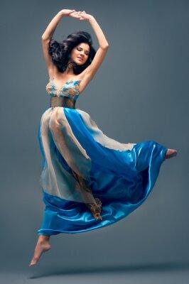 Bild schöne Mädchen schweben in der Luft, blauen Seidenkleid