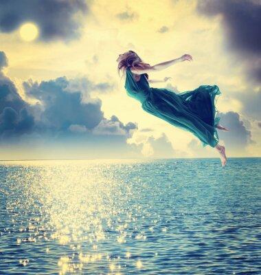 Schöne Mädchen springen in den Nachthimmel