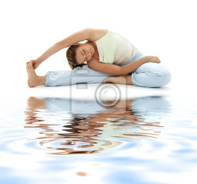 schöne Mädchen üben Ashtanga Yoga auf weißem Sand