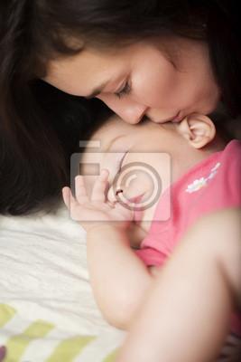 Schöne Mutter mit ihrer kleinen Tochter Schlaf