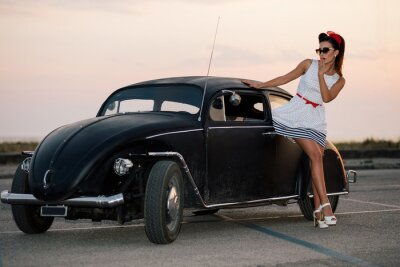 Bild Schöne Pin-up-Mädchen posiert mit heißen Straßenauto