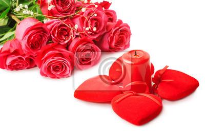 schöne rosa Rosen und vier Herzen