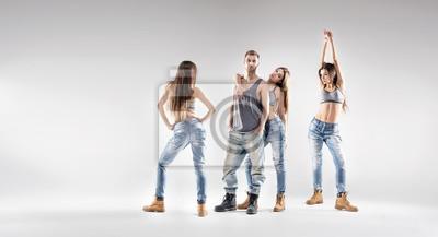 Schöne Tänzerin mit hübschen Damen