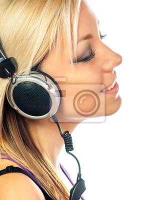 Schöne Teenager-Mädchen hört Musik über Kopfhörer