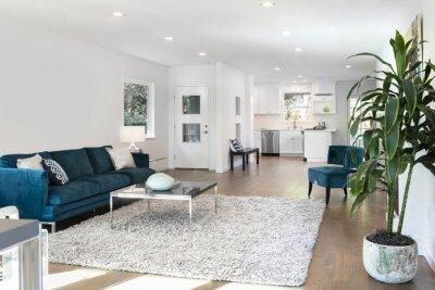 Schöne und große wohnzimmer innenraum mit parkettböden, flauschigen ...