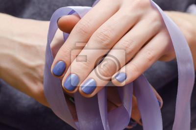 Schone Weibliche Hand Mit Lila Nageldesign Leinwandbilder Bilder