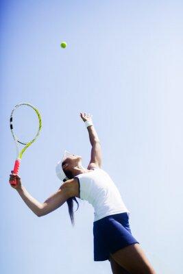 Bild Schöne weibliche Tennisspieler dienen