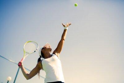 Bild Schöne weibliche Tennisspielerin Servieren