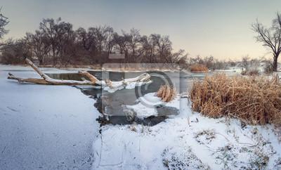 Schöne Winter Sonnenuntergang am Fluss Krinka. Wald in Ukraine