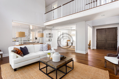 Schöne wohnzimmer interieur in neuen luxus-haus mit blick auf ...