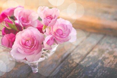 Bild Schöner Blumenstrauß der rosafarbenen Blumen auf altem verwittertem Holz