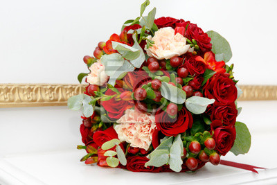 Schoner Hochzeitsstrauss Roter Rosen Und Roter Hypericum Beeren