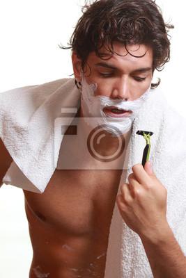 Schöner Mann mit Schaum auf Gesicht