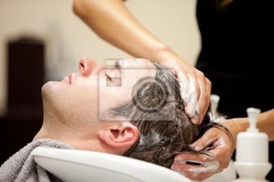 Schöner Mann von seinem Friseur shampooniert