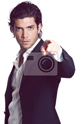 Schöner Mann zeigt mit dem Finger in die Kamera