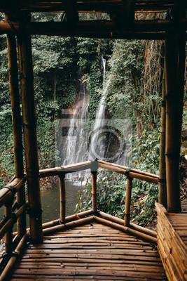 Schoner Wasserfall Im Grunen Wald Blick Vom Bambus Holzhaus