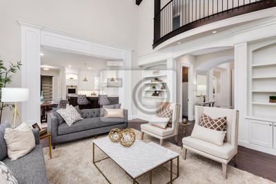 Bild Schöner Wohnzimmerinnenraum mit Massivholzböden, Ansicht der Küche und des Esszimmers im neuen Luxushaus