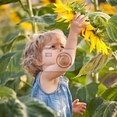 Schönes Kind mit Sonnenblume