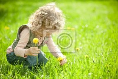 Schönes Kind nimmt Blumen