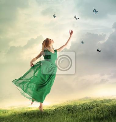 Schönes Mädchen fangen Schmetterlinge auf einem Berg