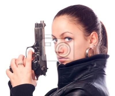 Schönes Mädchen in der schwarzen Lederjacke und Pistole in ihren Händen