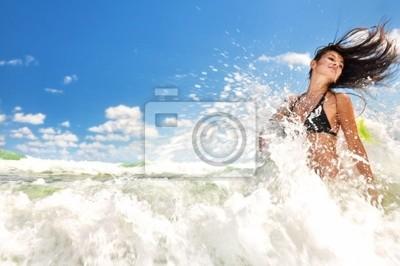Schönes Mädchen plantschen im Meer