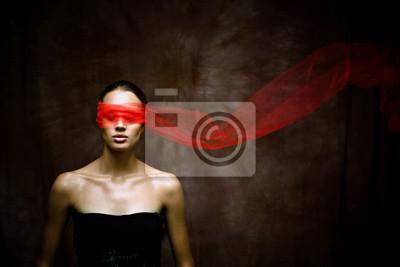 Bild Schönheit Brunette mit roten Band auf Augen