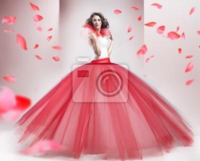 Schönheit Brünette trägt modische Kleidung