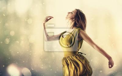 Schönheit in einem gelben Kleiderspringen