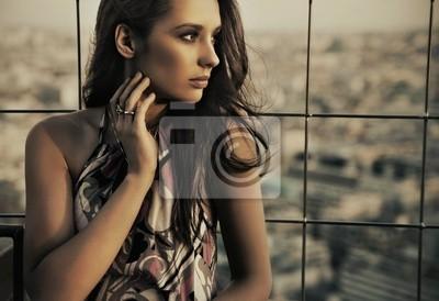 Schönheit posiert über städtischen Hintergrund