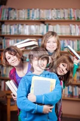 schüler mit büchern in der Bücherei