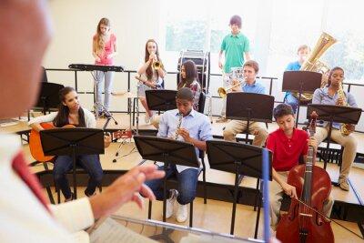 Bild Schülerinnen und Schüler, die Musikinstrumente im Schulorchester