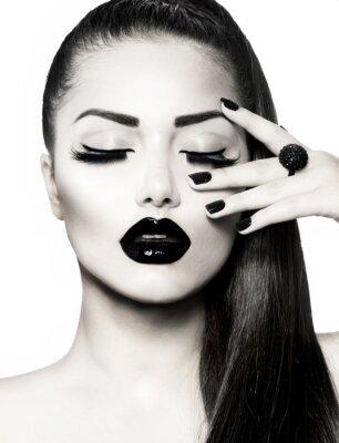 Bild Schwarz und Weiß Brunette Girl Portrait. Trendy Caviar Manicure