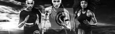 Schwarz-Weiß-Foto. Ein starker athletischer, Frauensprinter, laufendes im Freien tragen in der Sportkleidung, in der Eignung und in der Sportmotivation. Läufer-Konzept.