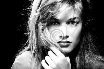 Schwarz-Weiß-Porträt einer blonden Frau