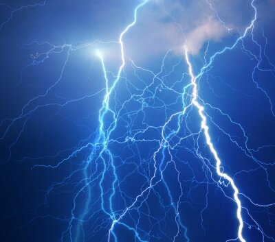 Schwere Wolken bringen Donner, Blitze und Sturm.