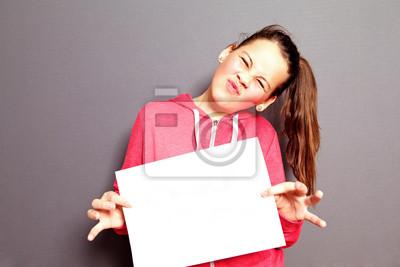 Scornful kleines Mädchen mit leeren Papier