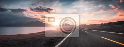 Bild See und Straße bei Sonnenuntergang